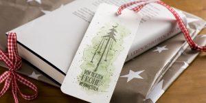 Ideen für die Weihnachtspost: Für Buchliebhaber | Ein Lesezeichen als Beigabe zu einem Buchgeschenk mit aquarelliertem Hintergrund und gestempeltem Weihnachtsgruß