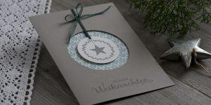 Ideen für die Weihnachtspost: Hyggelig | Weihnachtskarte in skandinavischem Wohlfühl-Stil in Taupe, Salbei und Weiß mit gestempeltem Weihnachtsmotiv und Schriftzug