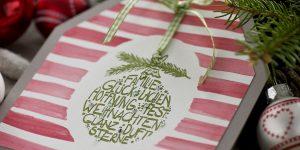 Ideen für die Weihnachtspost: Weihnachtsglück | Weihnachtskarte in Form eines Hauses mit aquarelliertem Hintergrund und gestempeltem Motiv im Handlettering-Stil