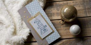 Ideen für die Weihnachtspost: MERRY X-MAS | Witzige Weihnachtskarte für Katzenliebhaber in kreidigen Trendfarben und goldenen Akzenten mit gestempeltem Motiv