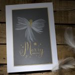 Ideen für die Weihnachtspost: Weihnachtsengel   kunstvolle Weihnachtskarte in Weiß, dunklem Grau und Gold mit einem handgemalten Engel und einem gestempelten Schriftzug
