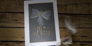 Ideen für die Weihnachtspost: Weihnachtsengel | kunstvolle Weihnachtskarte in Weiß, dunklem Grau und Gold mit einem handgemalten Engel und einem gestempelten Schriftzug