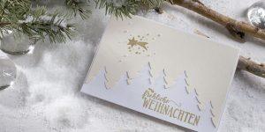 Ideen für die Weihnachtspost: Sternschnuppe am Winterhimmel | Weihnachtskarte in edlem Weiß, Champagner und Gold mit Sternen, Kometen, Tannenbäumen und einem handgeletterten Schriftzug