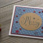 Ideen für die Weihnachtspost: Stars und Sternchen   Quadratische Weihnachtskarte in Weiß, kreidigem Blau und dunklem Rot mit Sternen und einem handgelettertem Schriftzug in der Mitte