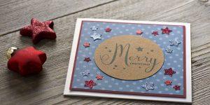 Ideen für die Weihnachtspost: Stars und Sternchen | Quadratische Weihnachtskarte in Weiß, kreidigem Blau und dunklem Rot mit Sternen und einem handgelettertem Schriftzug in der Mitte
