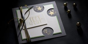 Ideen für die Weihnachtspost: Rudolph ist zurück! | Quadratische Weihnachtskarte in dunklem Grau, Weiß. Gold und Grün mit gestempelten Motiven und Text