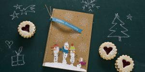 Ideen für die Weihnachtspost: Winterwonderland | lustige Weihnachtskarte in Natur, Weiß und vielen bunten Farben mit Schneemännern und Schneeflocken