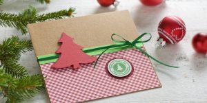 Ideen für die Weihnachtspost: Ä Tännschen, please! | Fröhliche Weihnachtskarte in traditionellem Rot und Grün mit gestanztem und gestempeltem Tannenbaum