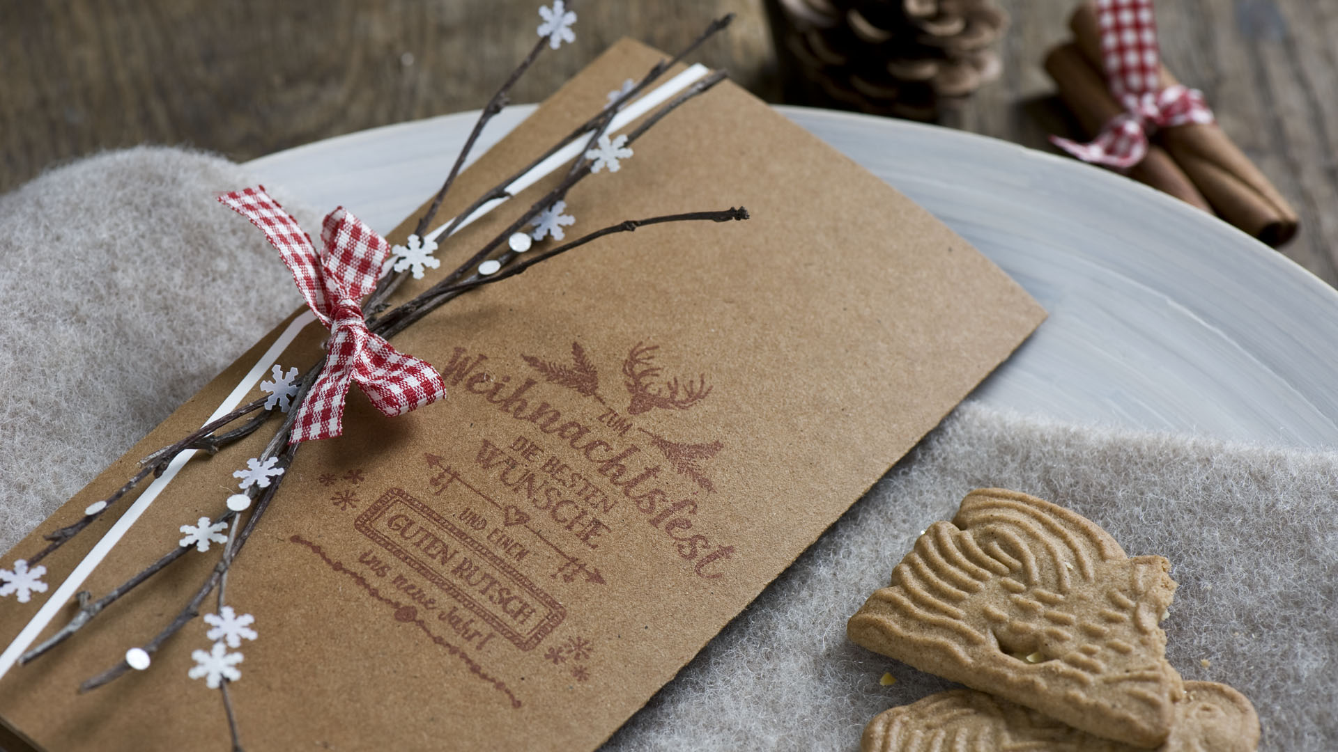 Ideen für die Weihnachtspost: Mit Liebe gemacht   Weihnachtskarte in Natur, Weiß und Rot mit einem Hauch Hüttenzauber und handgelettertem Stempeldesign